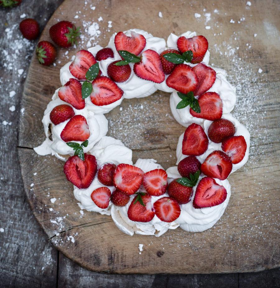 Pavlova med grädde och jordgubbar